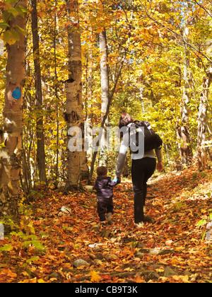 Una donna con un bambino a piedi lungo un sentiero escursionistico in autunno la natura paesaggio. Killarney Provincial Foto Stock