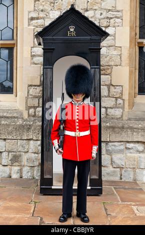 Regina della Guardia in piedi alla caserma di Waterloo Torre di Londra. Foto Stock