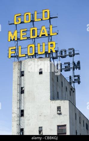 Medaglia d'oro farina di segno al neon su una torre del Mulino del museo della città nel centro di Minneapolis, Foto Stock