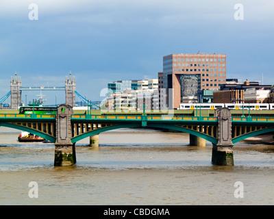 Vista sul Fiume Tamigi a Londra England Regno Unito guardando ad est verso Southwark Bridge con il Tower Bridge Foto Stock