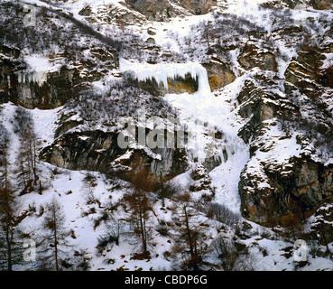 Cascate di ghiaccio su neve rocce in alta montagna della Val d'Anniviers Foto Stock