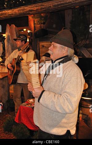 Tradizionale band tedesca al mercato di Natale, Rathausplatz, Hamburg, Amburgo Regione Metropolitana, Repubblica federale di Germania