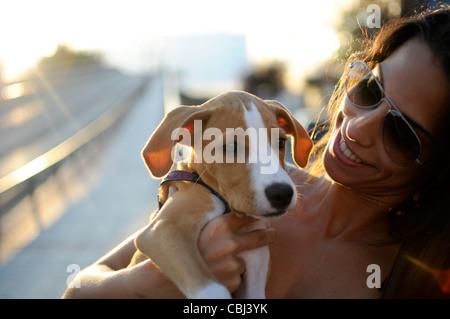 Signor giovane attraente ragazza spagnola mentre tiene il suo cucciolo