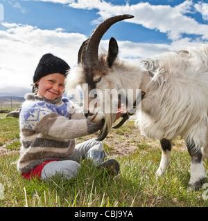 La ragazza con la capra, allevamento di capre, Islanda Foto Stock