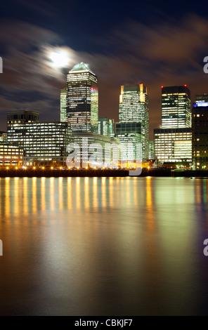 Luna piena su Londra grattacieli di Docklands Foto Stock