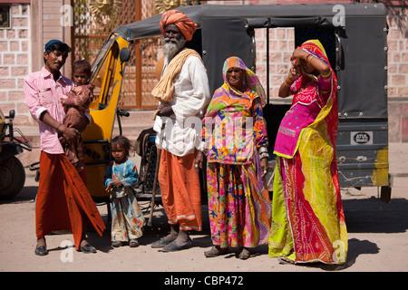 Famiglia indiana tre generazioni con la gravidanza giovane moglie da auto rickshaw in Sadri città del Rajasthan, stato dell India occidentale