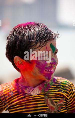 Ragazzo indiano celebrando Hindu Holi festival dei colori con vernici in polvere in Mumbai, India