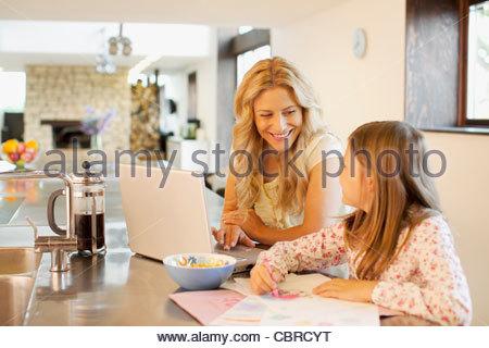 Madre e figlia insieme rilassante Foto Stock