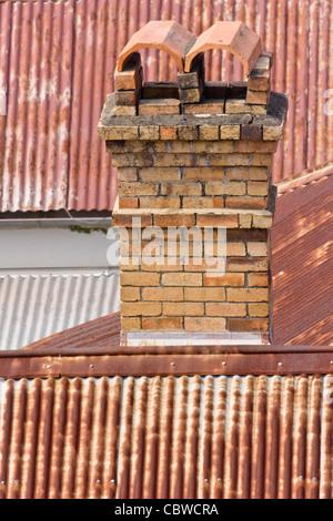 Le case più vecchie di Brisbane di solito erano fatte di legno con un camino di mattoni e un ferro corrugato tetto Foto Stock