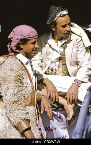 Ritratto di due giovani uomini yemeniti a Sana'a, Yemen Foto Stock