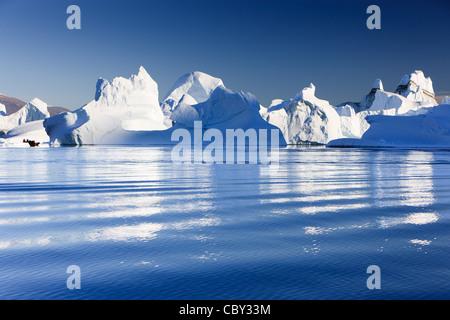 Crociera tra gli iceberg a Røde Ø, Scoresby Sund in Groenlandia Foto Stock