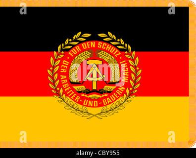 Bandiera dell'esercito popolare nazionale NVA con lo stemma della Repubblica democratica tedesca. Foto Stock