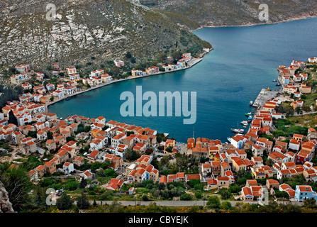 Vista panoramica del villaggio ed un porto di isola di Kastellorizo dal percorso che va a Saint George monastero. Foto Stock