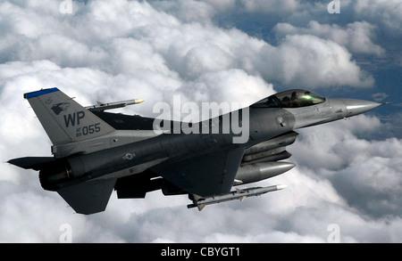 Un F-16 Fighting Falcon vola una missione di addestramento 30 gennaio sulla penisola sudcoreana. La F-16 può volare per più di 500 km, consegnare le armi con una precisione superiore, difendersi contro gli aerei nemici e tornare al punto di partenza. I piloti assegnati al 35esimo Squadrone dei combattenti della base aerea Kunsan, Corea del Sud, utilizzano missioni di addestramento per simulare le condizioni reali che possono affrontare in combattimento e mantenere le loro abilità di combattimento affinate. Foto Stock