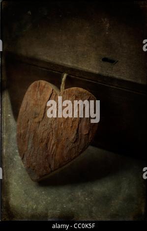 Cuore di legno accanto alla vecchia scatola