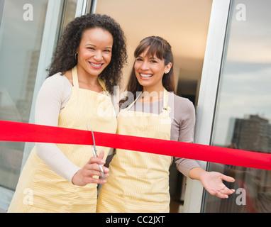 Stati Uniti d'America, New Jersey, Jersey City, due donne titolari di aziende il taglio di nastro rosso Foto Stock