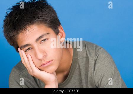 Ritratto di ragazzo adolescente (16-17) Foto Stock