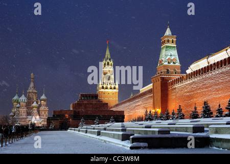 San Basilio Cattedrale di notte, piazza Rossa di Mosca, Russia Foto Stock