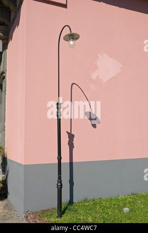 Lampione contro una rosa parete dipinta Funchal Madeira Portogallo UE Europa Foto Stock
