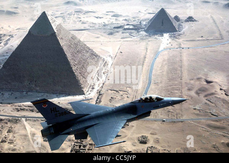 US Air Force F-16 fighter aircraft vola sopra le piramidi di Giza in Egitto. Foto Stock