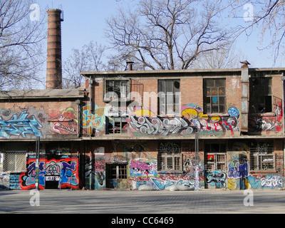 Workshop abbandonati dipinta con graffiti, Art Zone 798, Pechino, Cina Foto Stock