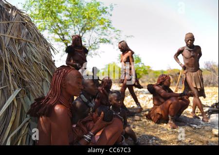 Himba gli abitanti di un villaggio vicino al fiume Kunene, il confine tra Angola e Namibia. Kaokoland, Namibia settentrionale.