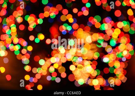 Le luci di Natale al di fuori della messa a fuoco come sfondo Foto Stock