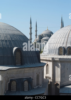 Guardando fuori da Hagia Sophia ( Aya Sofya ) verso Sultan Ahmed Mosque ( Moschea Blu ) Foto Stock
