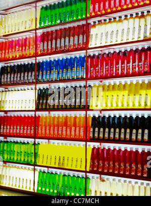 Visualizzazione verticale di variopinte succhi di frutta in un negozio in India, fotografia, rendition texture astratta Foto Stock