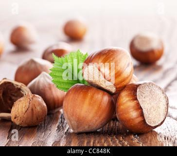 Nocciole su un tavolo di legno. Close-up shot. Foto Stock