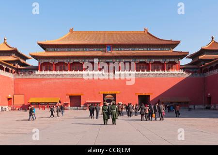 Turisti e guardie di polizia nel cortile antistante il Meridian Gate, nella Città Proibita di Pechino. Foto Stock