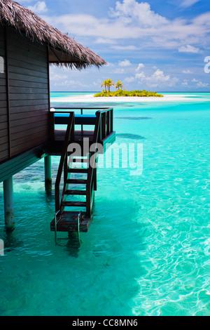 Bungalow sull'acqua con gradini in straordinari laguna blu Foto Stock