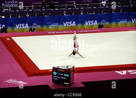 Isaac Botella Perez ESP in competizione nella mens ginnastica a Londra prepara la serie 2012 Olimpiadi. North Greenwich Foto Stock