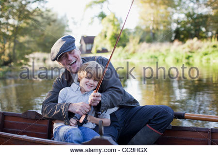 Nonno e nipote di pesca in barca Foto Stock