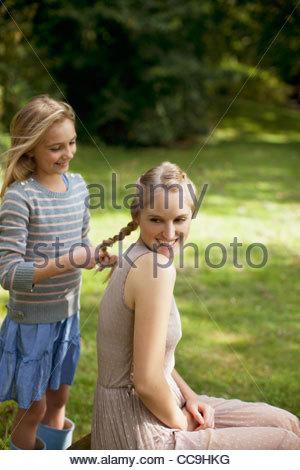 Calza ragazza sorella capelli biondi in posizione di parcheggio Foto Stock