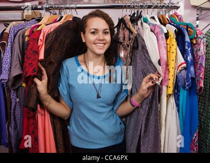Giovane donna nel negozio di abbigliamento, ritratto