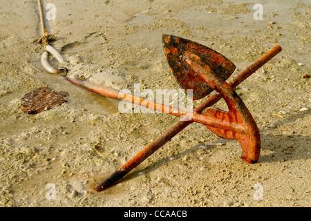 Barche arrugginite solido ancoraggio nella sabbia sulla costa Foto Stock