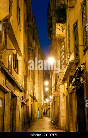 Visione notturna di una strada deserta nella città vecchia di Nizza sulla costa mediterranea nel sud della Francia. Foto Stock