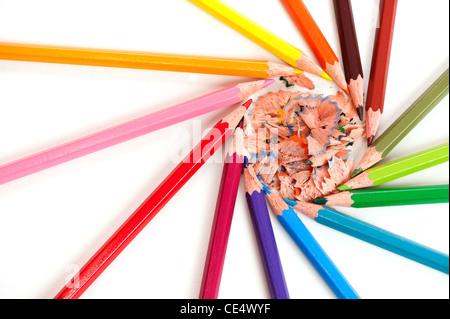 Cerchio di matite a colori su sfondo bianco con un pastello trucioli all'interno Foto Stock