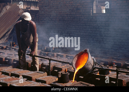 MGM 85335 : colata di acciaio fuso in ghisa fonderia rajkot gujarat india Foto Stock