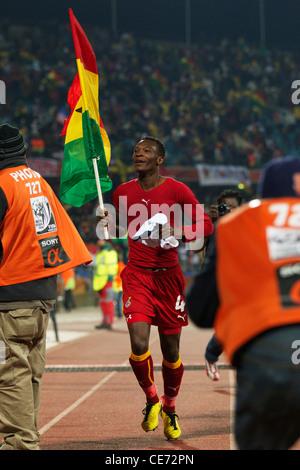 John Pantsil del Ghana porta la bandiera nazionale dopo il Ghana ha sconfitto gli Stati Uniti in una Coppa del Mondo Foto Stock