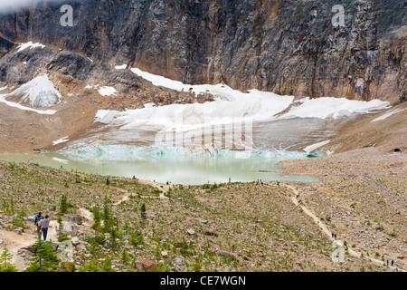 Il lago glaciale sotto il ghiacciaio di angelo, il Monte Edith Cavell, Jasper National Park, Alberta, Canada Foto Stock