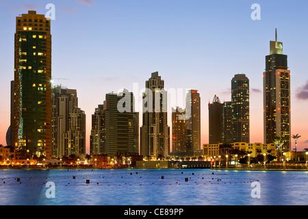 Dubai, grattacieli di notte Foto Stock