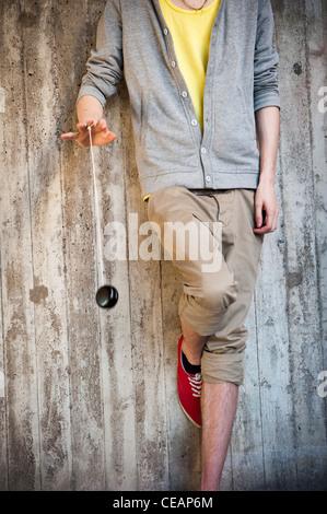 Giovane uomo che gioca con un Yo-Yo Foto Stock