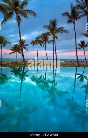 La riflessione in piscina a sfioro di Four Seasons Resort. Hawaii, la Big Island Foto Stock