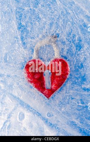 Simbolo di amore cuore rosso congelato in inverno il ghiaccio Foto Stock