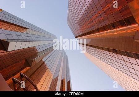 Rame-facciate colorate di torri di uffici, architettura moderna, Sheikh Zayed Road, Al Satwa, Dubai, Emirati Arabi Foto Stock