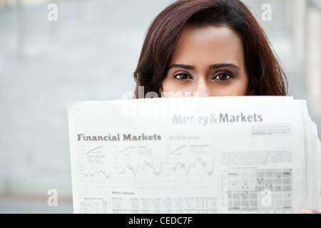 Donna indiana quotidiano di lettura
