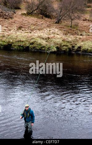 L'uomo la pesca al salmone nel fiume Oykel, Sutherland, Scotland, Regno Unito Foto Stock
