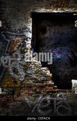 Graffiti in un vecchio rovine abbandonate. Foto Stock